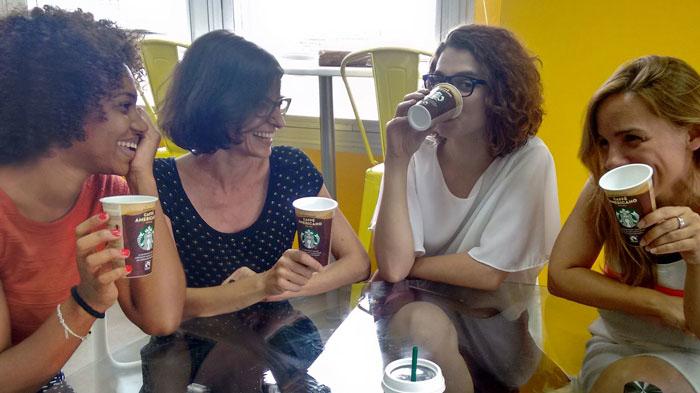 La trndiana paumelgar1 disfrutando de Starbucks Chilled Classics entre amigas.