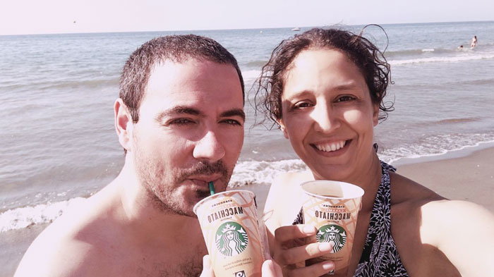 Disfrutando de Starbucks Chilled Classics en la playa