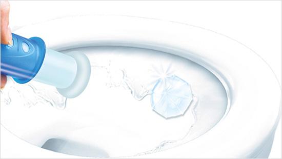 Duck Fresh Discs con Agenti Candeggianti è facilissimo da usare. Ad ogni risciacquo, i dischetti rilasciano una barriera attiva lungo tutta la superficie del WC, che impedisce a sporco e calcare di depositarsi.