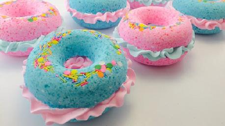 Niets is beter dan een bad met een glas wijn, een boek en een … donut-bathbomb! Bron: etsy.com/nl/listing/398233753/bath-bombs-donut-bath-bomb-pink-birthday