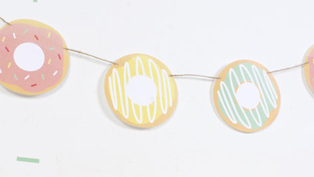 Niets schreeuwt harder 'feest' dan donutsslingers. Bron: etsy.com/listing/455095894/printable-garland-donuts