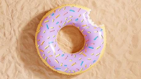 En als je dan toch op het strand of bij het zwembad ligt, kun je meteen in het water dobberen in deze donut-opblaasband … Bron: urbanoutfitters.com/en-gb/shop/fltdonut