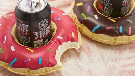 Zin in een drankje tijdens het zwemmen? Met deze kleine donut-opblaasbanden drijven je drankjes gezellig naast je! Bron: urbanoutfitters.com/en-gb/shop/donut-drink-holder-pool-float-set2