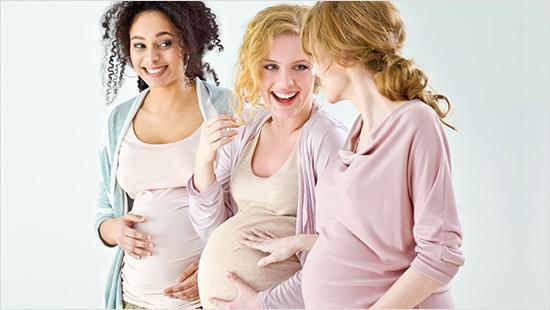 Pomóż przyjaciółce w rozmowach na temat Pampers z innymi kobietami w ciąży w jej otoczeniu.